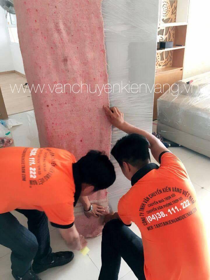 Nhân viên Kiến Vàng bọc lót ghế sofa - vanchuyenkienvang.vn