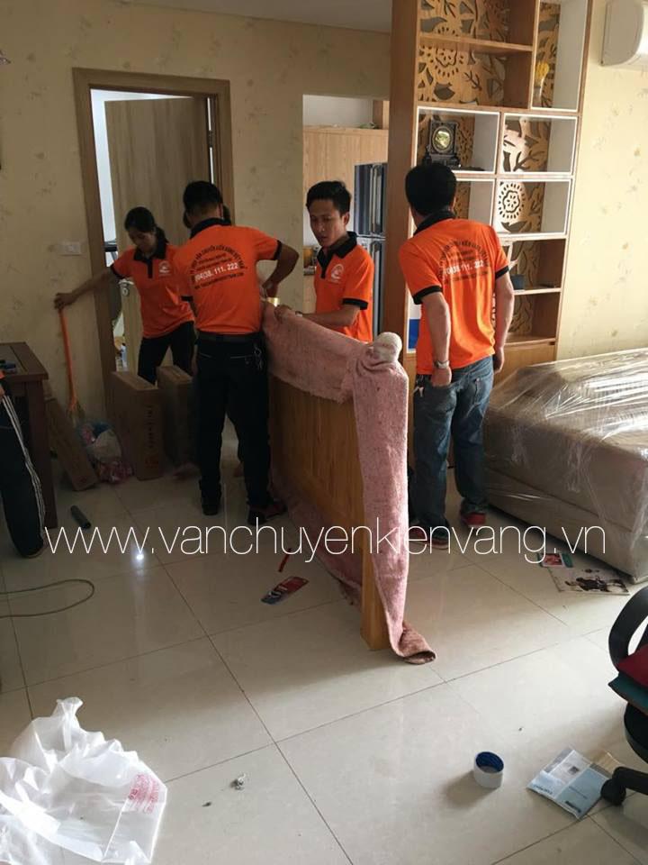 Nhân viên Kiến Vàng bọc lót giường gỗ - vanchuyenkienvang.vn