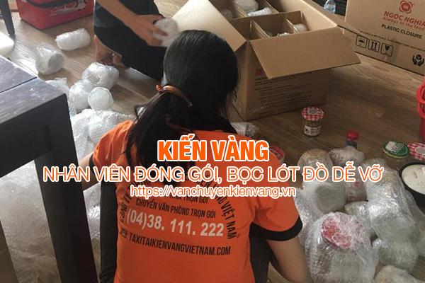 nhan-vien-kien-vang-dong-goi-boc-lot-do-de-vo